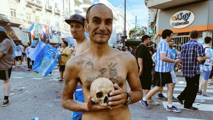 Šok u Argentini: Iskopao kosti svog djeda, pa donio lubanju na proslavu titule