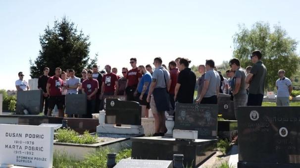 Navijači Sarajeva umjesto na Koševo otišli na grob Vedrana Puljića