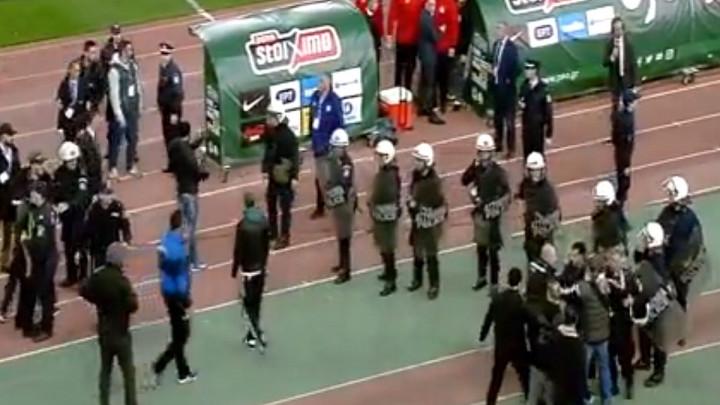 Odnijete su i korner zastavice: Haos na derbiju Panathinaikosa i Olympiakosa