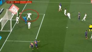 Sergio Ramos kao da je htio da Malcom zabije gol Realu