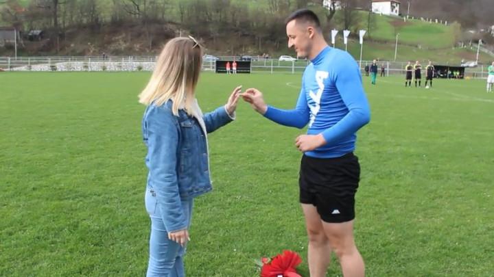 Romantičar iz Olova: Nogometaš Stupčanice na poluvremenu zaprosio djevojku