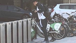 Sa 17 godina je nezamjenljiv u slavnom klubu, ali na utakmice dolazi biciklom
