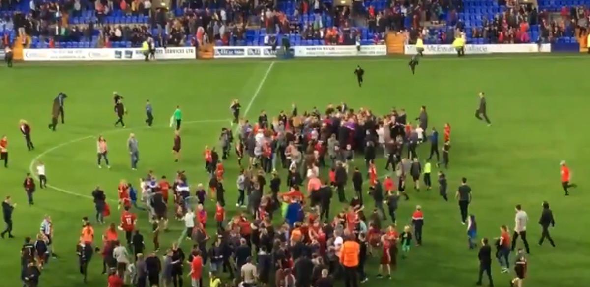 Navijači Liverpoola utrčali na teren samo kako bi se primakli svom junaku