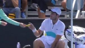 """Teniser tražio od sakupljačice lopti da mu oguli bananu, a onda je sudija """"poludio"""""""