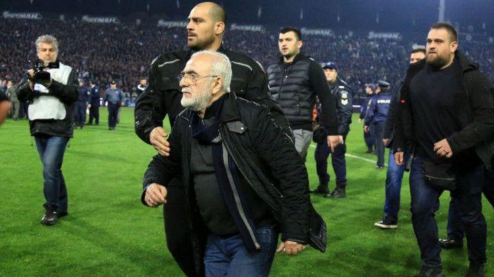 Prekinut veliki derbi, predsjednik PAOK-a utrčao na teren s pištoljem