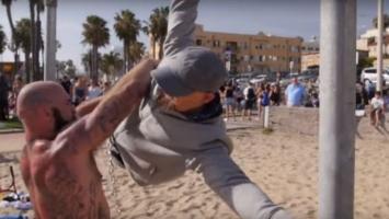 Gimnastičar prerušen u starca napravio fitness šou