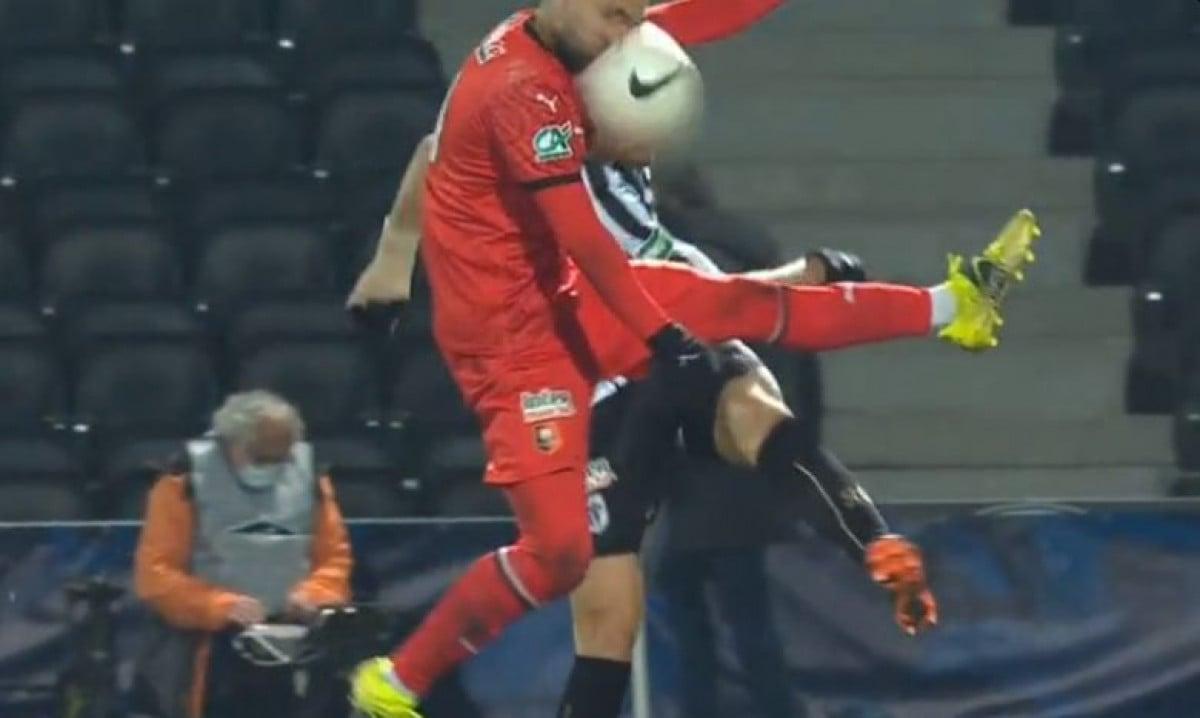 Uznemirujući snimak: Igrača Rennesa nokautirao udarac loptom u glavu, pao na zemlju kao pokošen