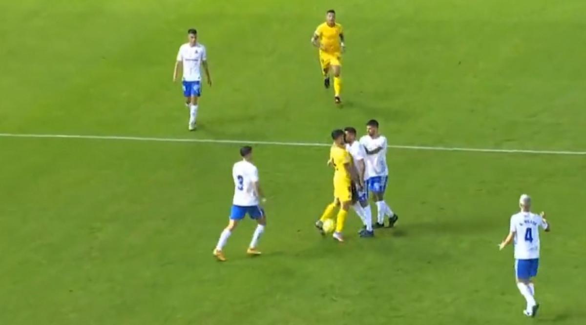 Ljutiti Španci ne mogu da miruju: Razmjena udaraca tokom borbe za loptu obojicu poslala pod tuš