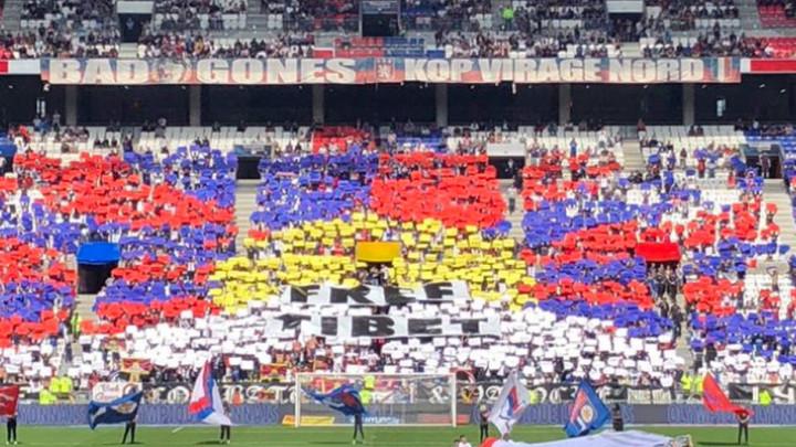 """Zbog ranog termina utakmice navijači protestvovali transparentom """"Free Tibet"""""""