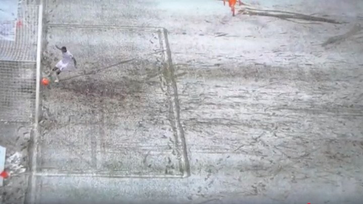 Nesvakidašnja situacija: Igrač pucao na prazan gol, a lopta se zbog snijega zaustavila na gol liniji