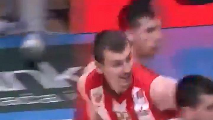 Mladi Simanić baca u trans publiku u Pioniru