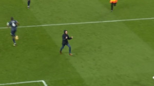 Scena koju niste vidjeli: Navijač Arsenala udario igrača Uniteda na terenu