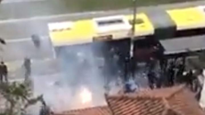U Beogradu bilo opsadno stanje, huligani s bakljama uletjeli u autobus