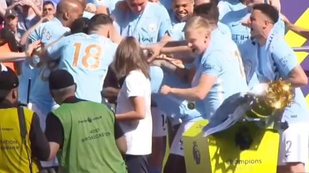 Igrači Cityja na proslavi srušili trofej, a onda se javio Sergio Ramos