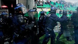 Nastavljen haos u Francuskoj: Navijači se sukobili sa policijom, zapalili mrežu, gađali igrače