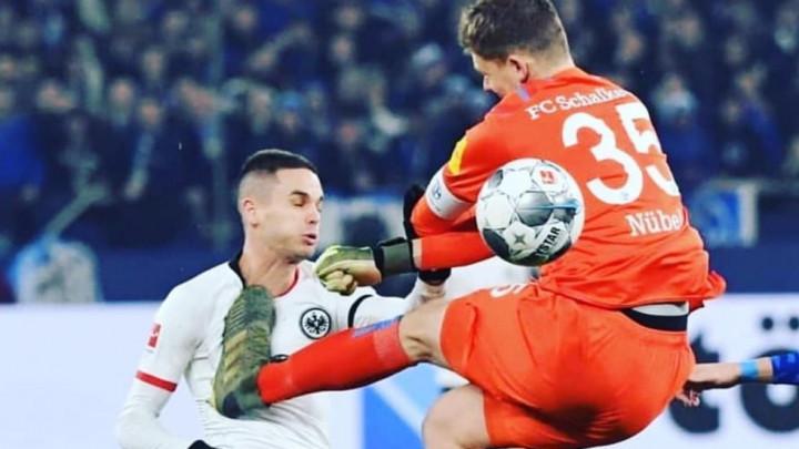Golman Schalkea žestoko kažnjen zbog brutalnog starta na Gaćinoviću