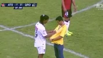 Svi su ludi za Dinhom: Sjajan gol i autogram na sred terena