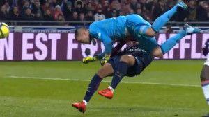 """Mbappe završio na nosilima nakon što ga je """"pokosio"""" golman Lyona"""