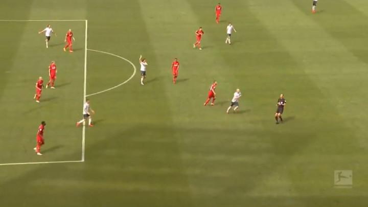Utakmica iz Bundeslige koja budi nemire: Za osam minuta dali tri gola, svoje prste upetljao i VAR