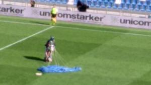 Padobranac slučajno sletio na teren tokom meča Sassuolo - Inter