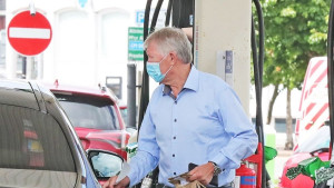 'Uhvaćen' tokom sipanja goriva: Sir Alex Ferguson vozi pravi stroj!