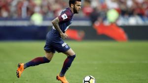 Nekoliko klubova želi dovesti Danija Alvesa, ali je jedan opasno 'zagrizao'