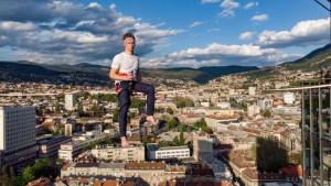 Pogledajte kako izgledaju trikovi na užetu između nebodera u Sarajevu
