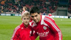 Dječak sa fotografije je nekada molio za autogram, a sada će Suarezu biti domaćin