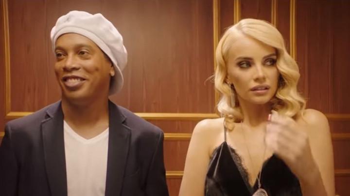 Avantura u liftu: Ronaldinho zbog zanosne plavuše počeo pričati na srpskom jeziku