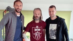 Ahmetović i Velkoski posjetili poznatog bh. muzičara koji je nedavno izašao iz bolnice