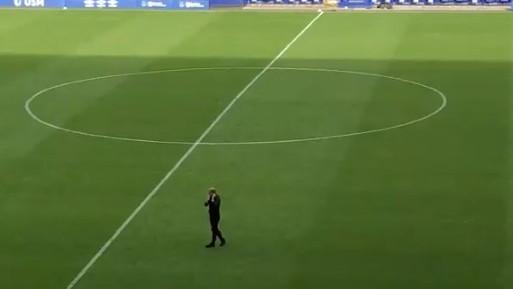 Video o kojem se priča: Menadžer usamljen na terenu u nevjerici da je njegov tim ispao