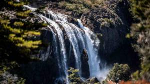 Skokovi s litice na netaknutom jezeru u Patagoniji