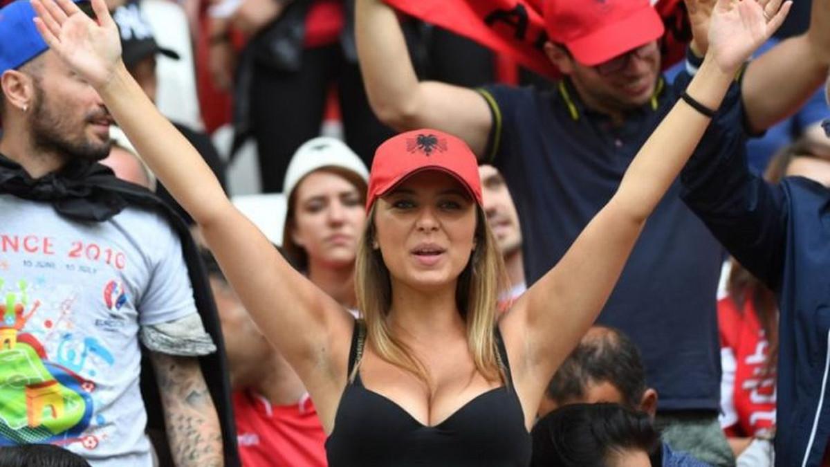 """Zbog izazovnih fotografija muškarci """"spavaju"""" na profilu albanske navijačice"""