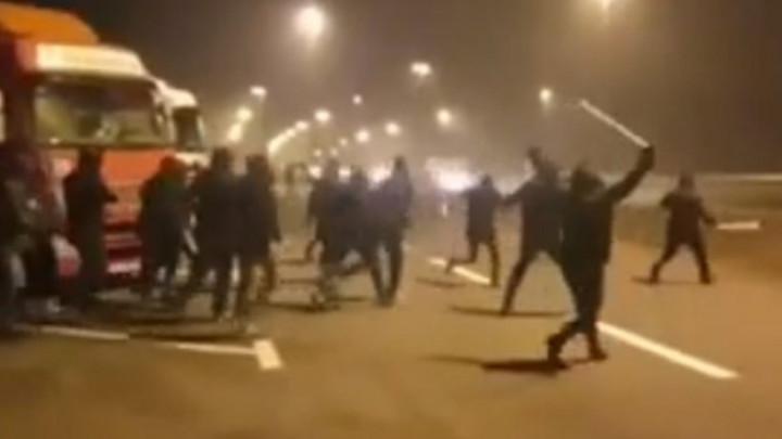 """Šokantne snimke tuče između BBB-a i Torcide na autoputu: """"Ubij! Ubij! Nije dosta!"""""""