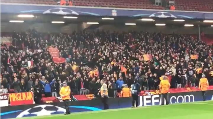 Navijači Rome stigli na Anfield: Ludnica je počela!