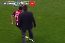 I to je moguće: Trener faulirao protivničkog fudbalera