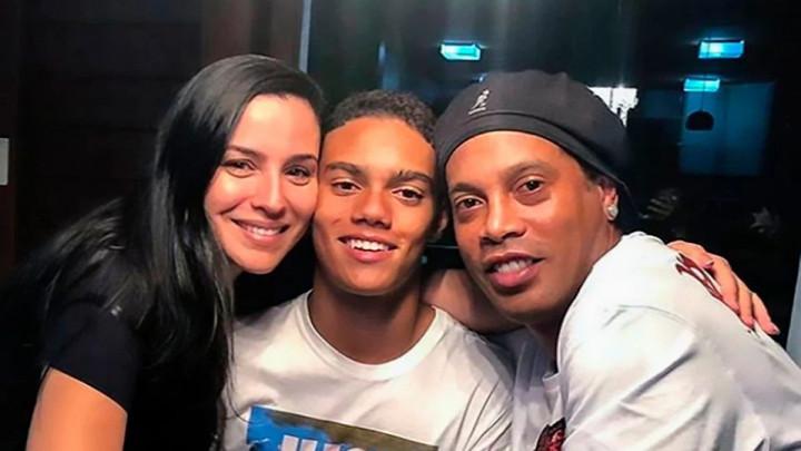 Ronaldinhov sin potpisao prvi ugovor, a u javnosti se pojavila i njegova majka