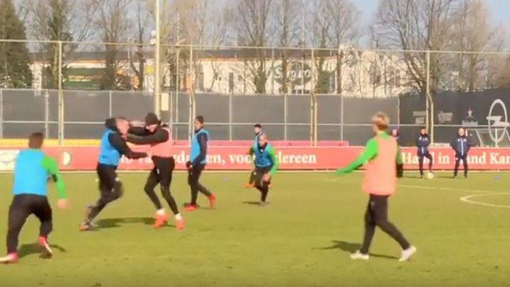 Fudbal im ne ide, pa probali sa MMA: Tuča saigrača na treningu Feyenoorda