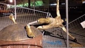 Ibrahimovićeva statua skroz porušena, oko glave zamotan navijački šal