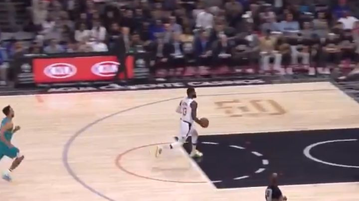 """Komedija u NBA: Paul George """"šetao"""" s loptom po terenu, a sudije nisu ništa svirale"""