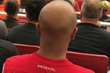 Gdje li je navijač Arsenala nabavio ovakav dres?
