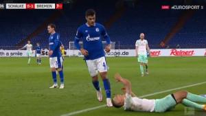 Odvratan potez nogometaša Schalkea: Prvo faulirao, a zatim pljunuo protivnika