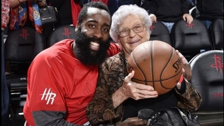 Harden poklonio loptu baki za stoti rođendan