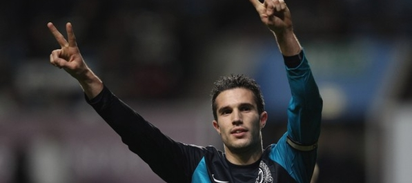 Robin van persie proslavlja 34. gol u 2011. godini
