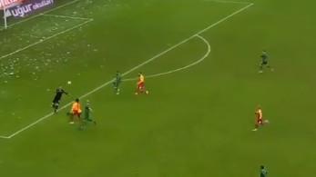 Šta napravi čovječe? Srbijanski golman počastio Galatu nevjerovatnom greškom u posljednjim sekundama