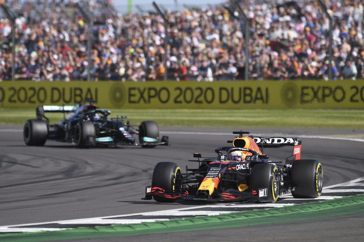 """Drama na Silverstonu: Hamilton """"izgurao"""" Verstappena sa staze, bolid Red Bulla završio u komadima"""