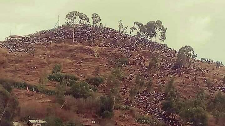 Fotka iz Afrike obilazi svijet: Nema mjesta na tribinima, ali ima na brdu!