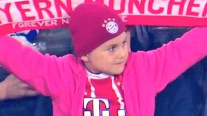 Dječak koji navija za Bayern zalutao na tribinu među navijače Schalkea, a onda napravio šou