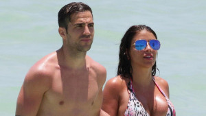 Fabregas pao u drugi plan: Sve na plaži je stalo kada se pojavila njegova 46-godišnja supruga