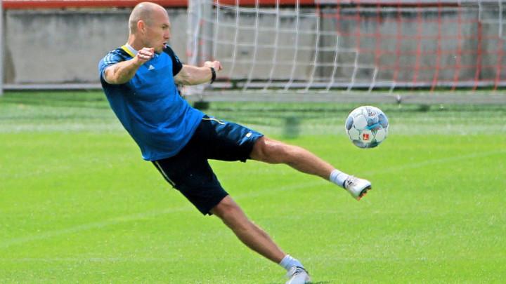Za koga se sprema Arjen Robben na jednom od Bayernovih terena za treninge?